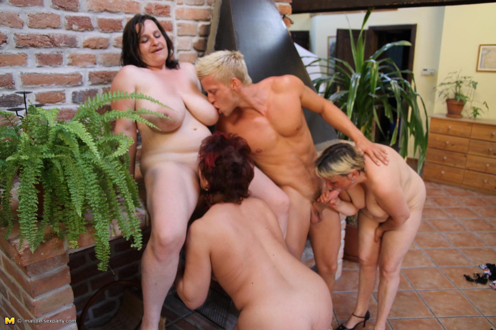 Три Зрелые Бабы И Парень Порно