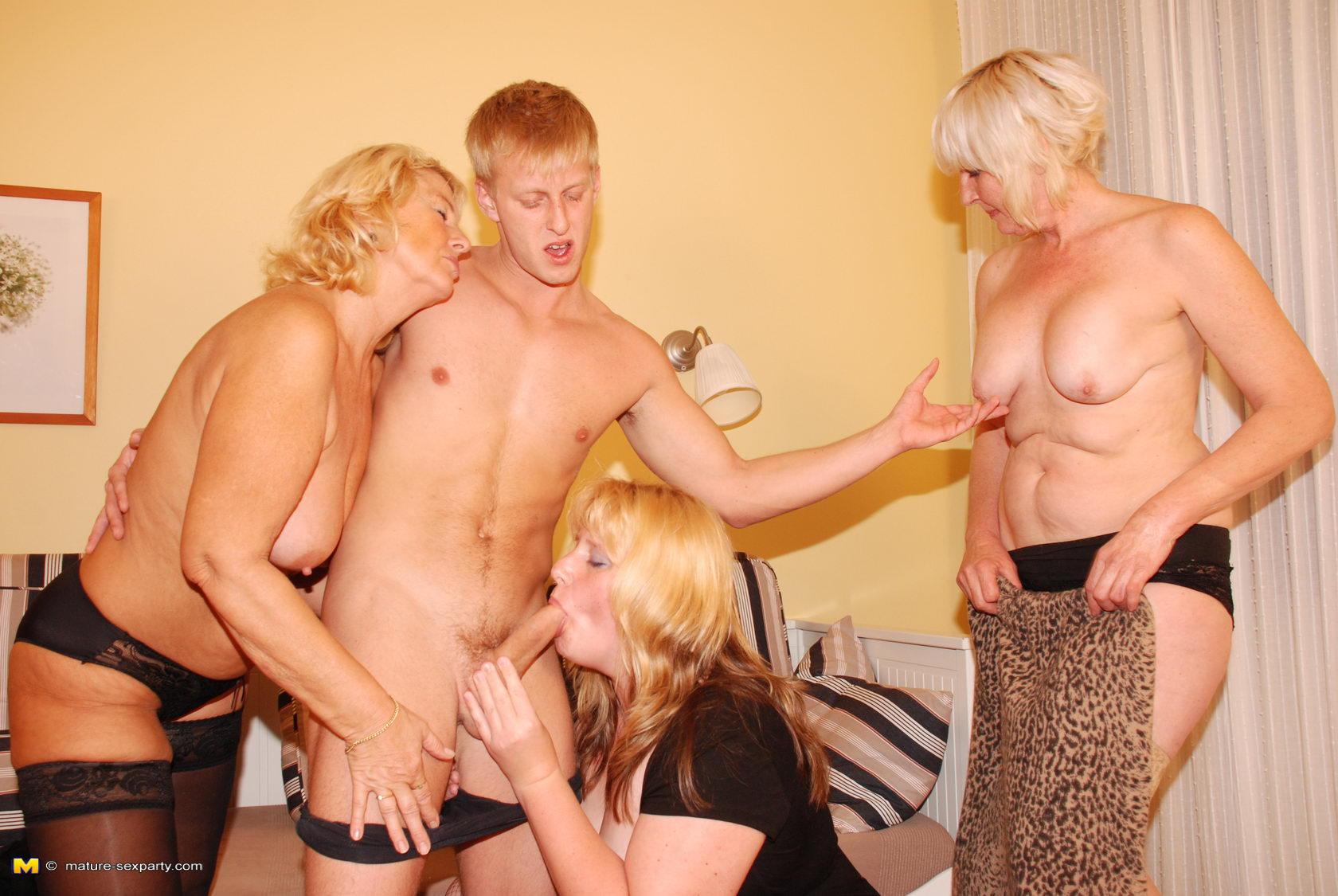 Порно онлайн зрелые с молодыми кажется