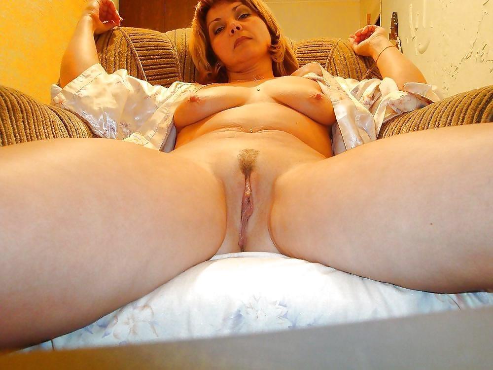 Жена раздвинула ноги для ебли